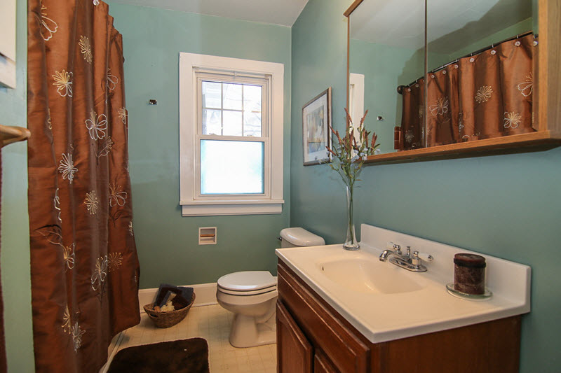 vacant bathroom professionally staged